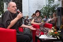 Překladatel a skvělý glosátor Ivo Šmoldas byl hostem Lázeňského kafíčka – autorského pořadu Vlaďky Dohnalové v Sanatorích Klimkovice.