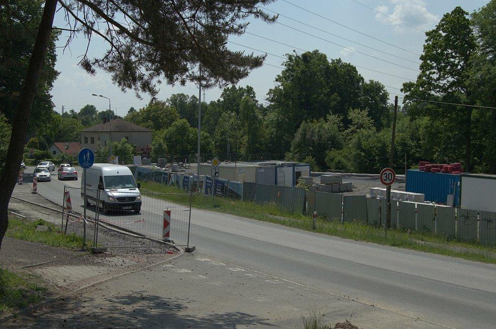 Stavba prodejny Lidl v ulici Nad Porubkou v Ostravě-Porubě, v místě bývalého areálu Bytostav, si vyžádala dopravní omezení. Takto situace na místě vypadala 8. června 2021.