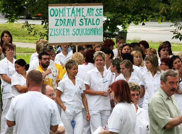 Ostravští zdravotníci demonstrovali proti zdravotnické reformě před transfúzním centrem v Ostravě-Porubě