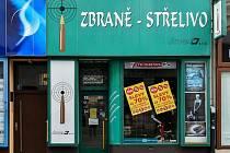 Prodejnu v Poštovní ulici v centru Ostravy sortiment zbraní a střeliva.