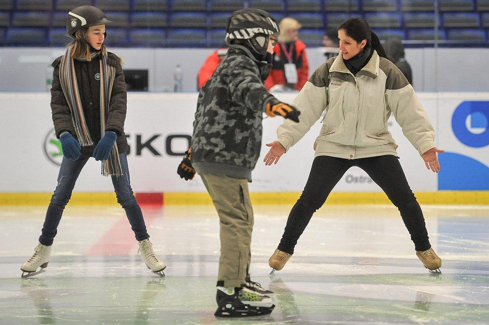 Olympijský festival u Ostravar Arény 23. února 2018 v Ostravě. Krasobruslařka Lenka Kulovaná (vpravo) učí slečnu Nicol krasubruslařské kreace.
