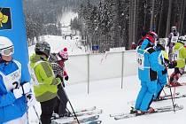 Závody lákaly mnoho lyžařů. Mnozí z nich se do sjezdu na vytyčené trati položili jako zkušení sjezdaři.