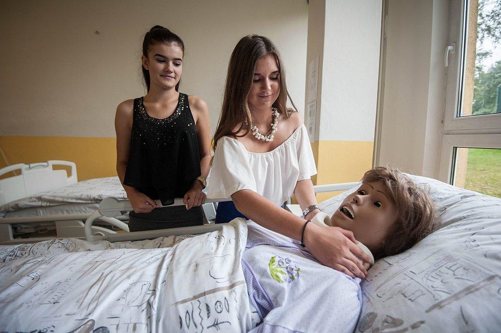 Nově otevřená AGEL Střední zdravotnická škola v Ostravě-Koblově. Adéla Červená z Ostravy-Poruby (vpravo) a Natálie Vicherková z Vratimova.