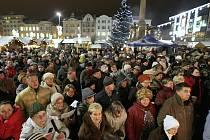 Atmosféra na Masarykově náměstí v Ostravě při akci Česko zpívá koledy v roce 2012.