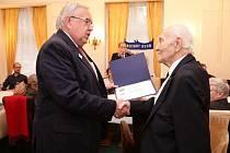 Luděk Eliáš obdržel za více než dvacetiletou edukativní přednáškovou činnost o holokaustu rotariánské ocenění Paul Harris felow.