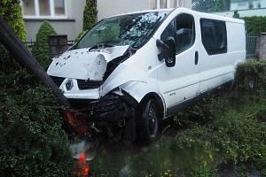 Řidič dodávky naboural do stromu, předtím do druhého vozu a do plotu, měl přes 2 promile.