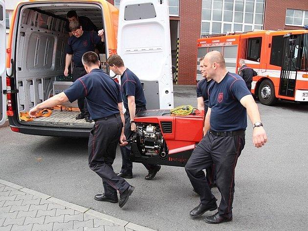 Na pomoc zatopeným a ohroženým oblastem v Čechách vyrazilo z Ostravy i dvaatřicet profesionálních krajských hasičů s osmi vozidly a dvanácti nafukovacími čluny.
