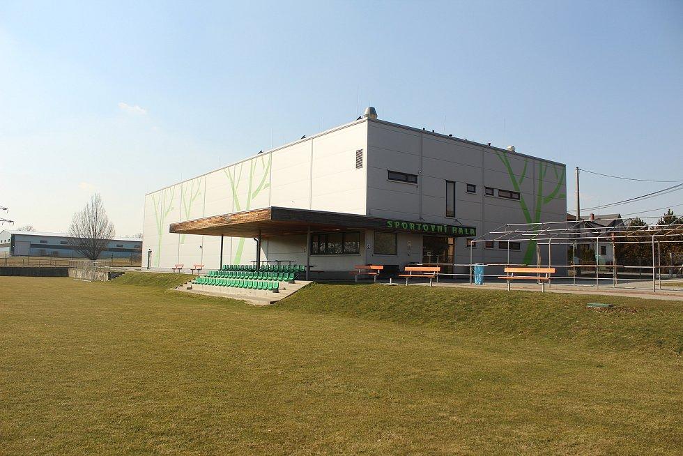 Sportovní hala ve Lhotce.