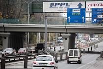 Omezením pod železničním mostem v Místecké ulici je konec. Jezdí se zde obousměrně a v nejbližších dnech i ve všech čtyřech jízdních pruzích.