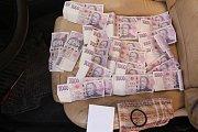 Policisté při domovních prohlídkách zajistili peníze, kuklu, slzný plyn a další věci.