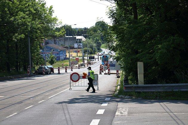 Uzavírka zdůvodu opravy mostu na ulici 17.listopadu vOstravě-Porubě, 8.červen 2021.