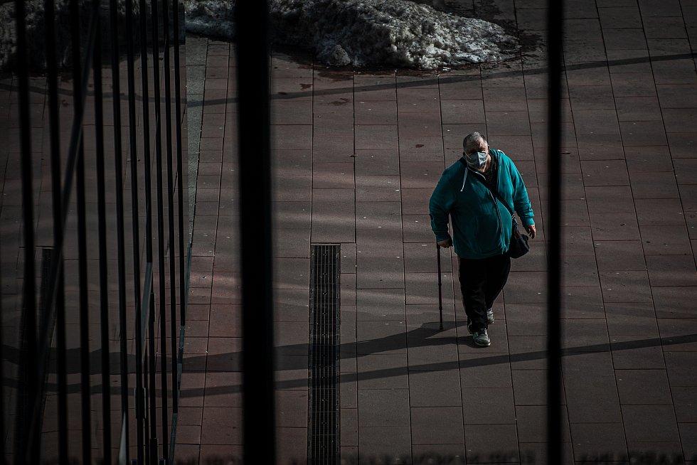 Muž s respirátorem před obchodním centrem Forum Nova Karolina, 25. února 2021 v Ostravě. Kvůli koronavirové epidemii začala platit povinnost na frekventovaných místech nosit respirátor nebo dvě jednorázové zdravotnické roušky přes sebe.