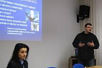 Koordinátor severomoravských policejních vyjednávačů Štěpán Klen a členka týmu Ludmila Válková na tiskové besedě.