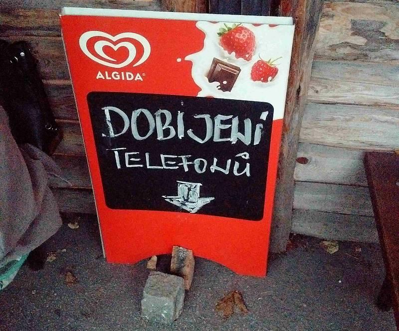 Jedová chýše v Ostravě vzkazuje voličům Andreje Babiše, že si za pivo v tomto motobaru mají připlatit jednou tolik. Říjen 2021.