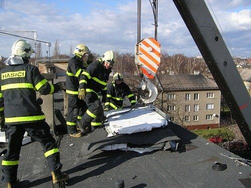 Tři hasičské jednotky z Ostravy se vystřídaly v sobotu 1. března odpoledne u odstraňování části ploché střechy čtyřpatrového bytového domu v Ostravě-Hrabůvce v ulici U nové školy, kterou poničil silný vítr.