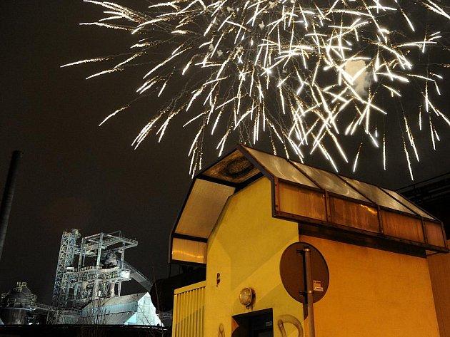 Jarní ohňostroj zahájil rekonstrukci bývalých vysokých pecí ve Vítkovicích