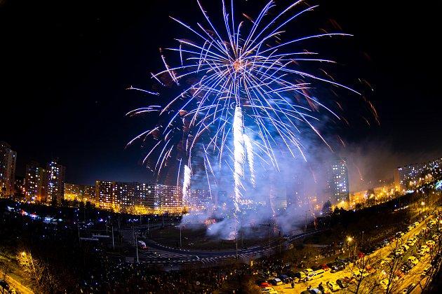 Novoroční ohňostroj vOstravě-Hrabůvce, 1.ledna 2020.