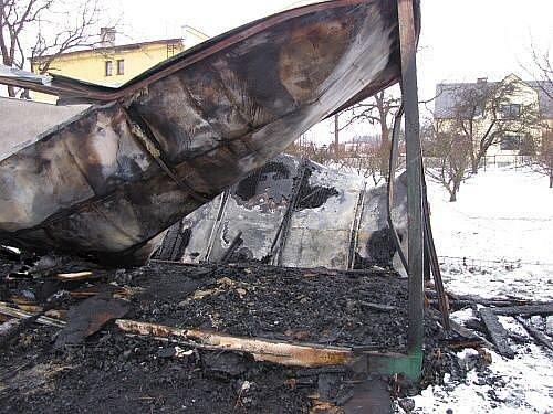 Kolem půl jedné ráno dostali hlášení ostravští policisté, že v Dolní Lhotě došlo k požáru unimobuňky, kde po uhašení hasiči našli dvě ohořelá těla.