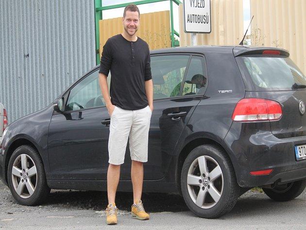 OPORA ČESKÉ FUTSALOVÉ reprezentace Michal Seidler před svým současným vozem, který brzy vymění za služební, které dostane od svého nového zaměstnavatele v Polsku.