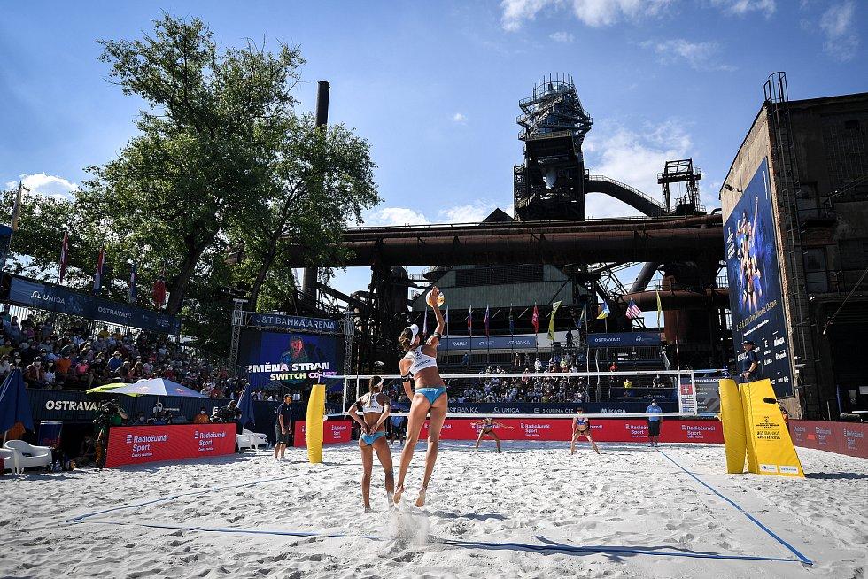 Turnaj Světového okruhu v plážovém volejbalu kategorie 4*, 6. června 2021 v Ostravě. Finálový zápas - Jolana Heidrichová (vpravo) , Anouk Verdeová-Depraová (vlevo) ze Švýcarska vs. Sarah Sponcilová , Kelly Claesová z USA.