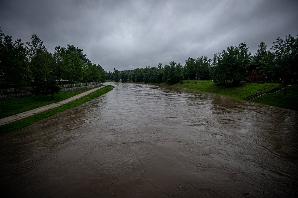 Povodňový stupeň na řece Ostravice která leží v centru Ostravy, 21. června 2020.