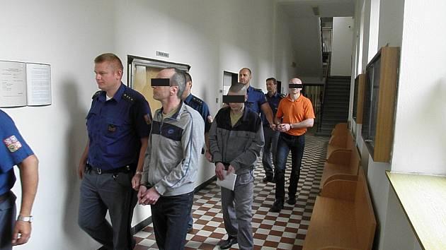 Tato trojice měla podle obžaloby napadnout muže, který údajně obtěžoval mentálně retardovanou ženu.