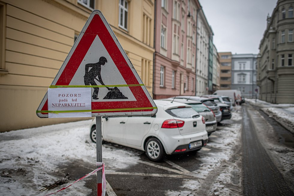 Vytyčený nebezpečný prostor kde padá sníh ze střech, 17. února 2021 v Ostravě.
