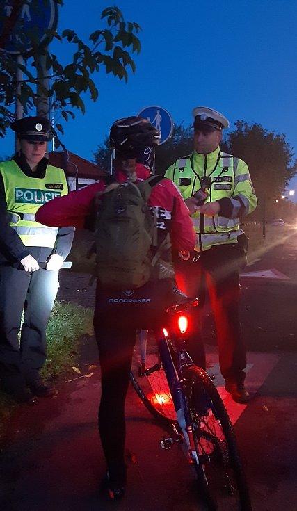 Preventivně-bezpečnostní akce zaměřená na viditelnost chodců a cyklistů, úterý 6. 10. 2020, cyklostezka ve Staré Bělé.