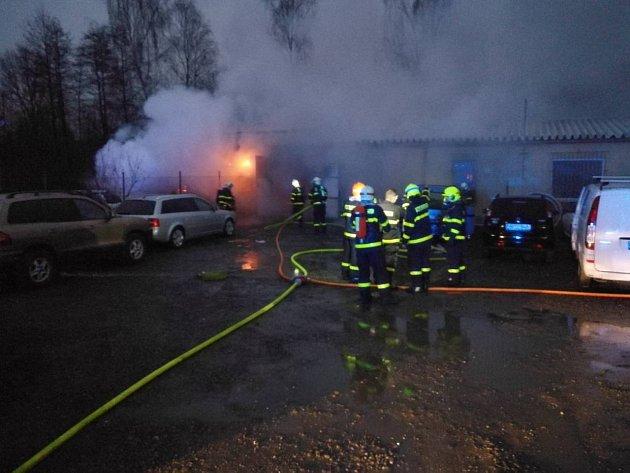 Požár autoservisu v Šenově u Ostravy.