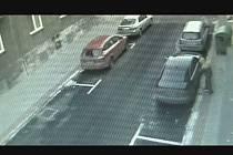 Kamery zachytily muže, který loktem rozbil sklo auta a ukradl antiradar.