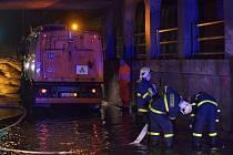 Hasiči se během večerní bouřky nezastavili. Večerní čerpání vody v myší díře v Mariánskohorské ulici v Ostravě.