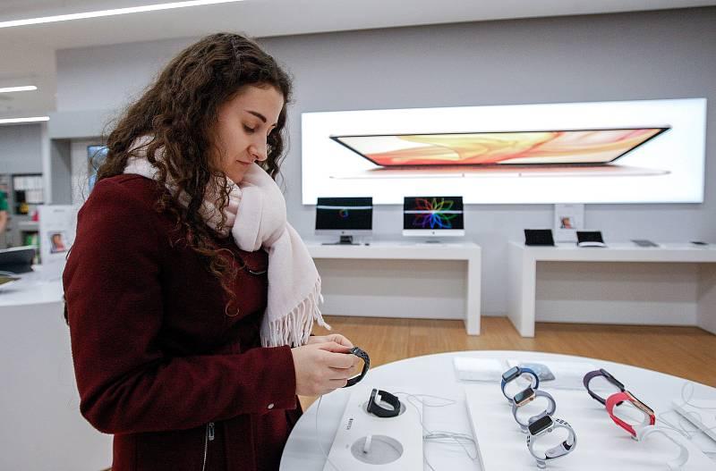 Na své si v pátek 23. listopadu přišli v ostravském obchodním centru Forum Nová Karolína také milovníci značky Apple. Prodejna iStores zlevnila většinu svých produktů a příslušenství v rozmezí od deseti do třiceti procent.