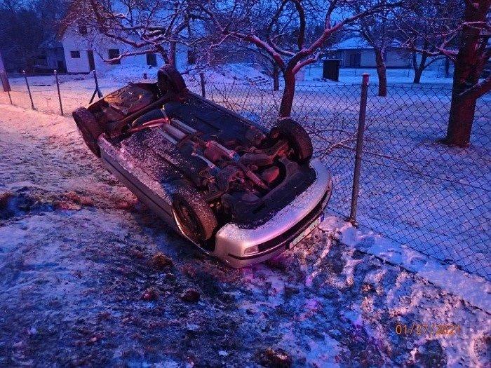 Jako první vyjely dvě jednotky hasičů krátce po půl šesté do Sedlnic k nehodě osobního automobilu, které skončilo na střeše v příkopu u zahradního plotu.