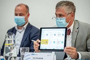 Hejtman Ivo Vondrák (vpravo) při debatě Deníku.