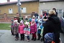 Pravidelnou vycházku si děti z Mateřské školy Požární v Ostravě-Heřmanicích tento týden zpestřily zpíváním vánočních písní seniorům.