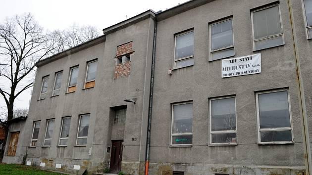 Z budovy bývalé školy v Ostravě-Heřmanicích se má stát domov pro seniory. Mezi místními obyvateli se ale šíří obavy, že zde bude ubytovna.