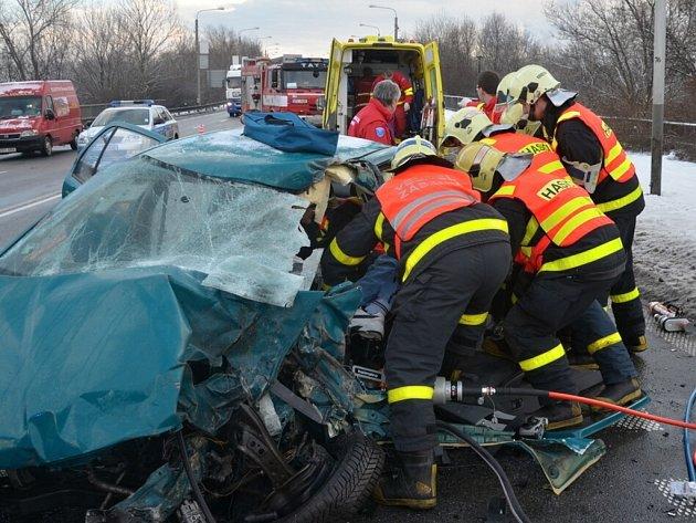 Páteční dopravní nehoda na Rudné. Řidiče museli vyprostit hasiči.