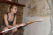 Kontrast mezi nově vymalovanou a dýmem zašlou částí stěny v Kurnik Šopa Hospodě.