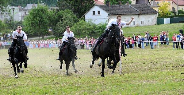 """Největším hrdinou byl vsobotu ve Lhotce uOstravy Štefan Kmeťo. Právě on na svém bílém koni jako první """"ulovil"""" šátek a stal se vítězem letošního ročníku tradiční lidové akce Honění krále."""