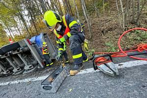 Zásah hasičů u převráceného kamionu, 25. října 2021, Skřipov.