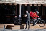 Ostrava v celostátní karanténě, 17. března 2020. Vláda ČR vyhlásila dne 15.3.2020 celostátní karanténu kvůli zamezení šíření novému koronavirové onemocnění (COVID-19). Pizza Coloseum na Masarykově náměstí vydává jídlo přes okénko.