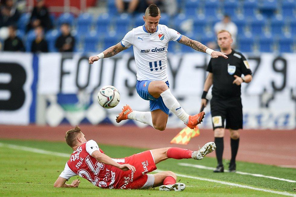 Utkání 4. kola první fotbalové ligy: FC Baník Ostrava - FK Pardubice, 19. září 2020 v Ostravě. (zleva) Tomáš Solil z Pardubice a Jiří Fleišman z Ostravy.