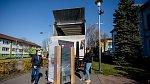 Automat na roušky a další zdravotnické potřeby u úřadu v Radvanicích, 6. dubna 2020 v Ostravě.