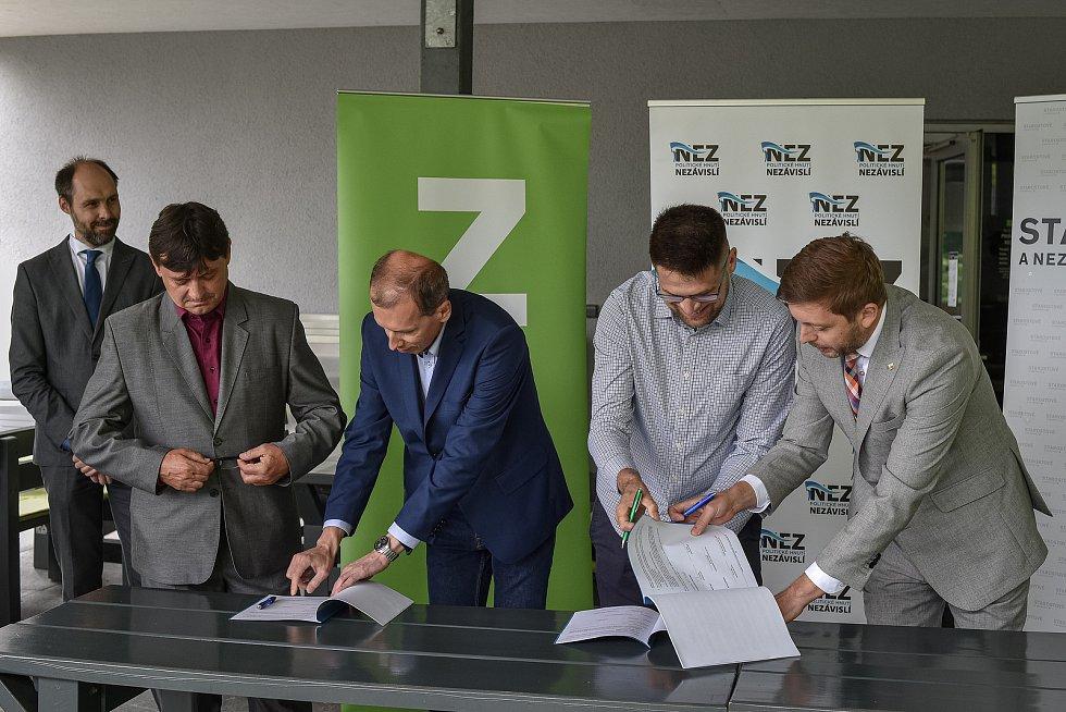 Do podzimních krajských voleb vstoupí nová koalice STAN, Zelení a Nezávislí. Podpis koaliční smlouvy.