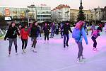 Typická vánoční atmosféra zavládla o víkendu na Masarykově náměstí v centru Ostravy, kde v neděli začaly vánoční trhy. Milovníkům bruslení je zde k dispozici i kluziště.