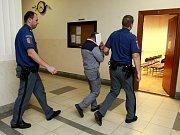 Muž před soudem odmítl, že by spoluvězně k čemukoliv nutil.