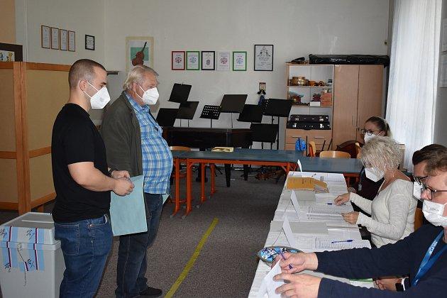 Milan Kašuba starší a jeho syn Milan vstoupili do volební místnosti jako první