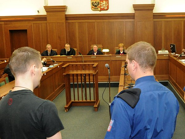Soudce Krajského soudu vOstravě Miloslav Studnička. Na snímku vpozadí uprostřed.