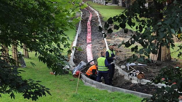 Revitalizace Komenského sadů. Práce by měly skončit do června příštího roku.