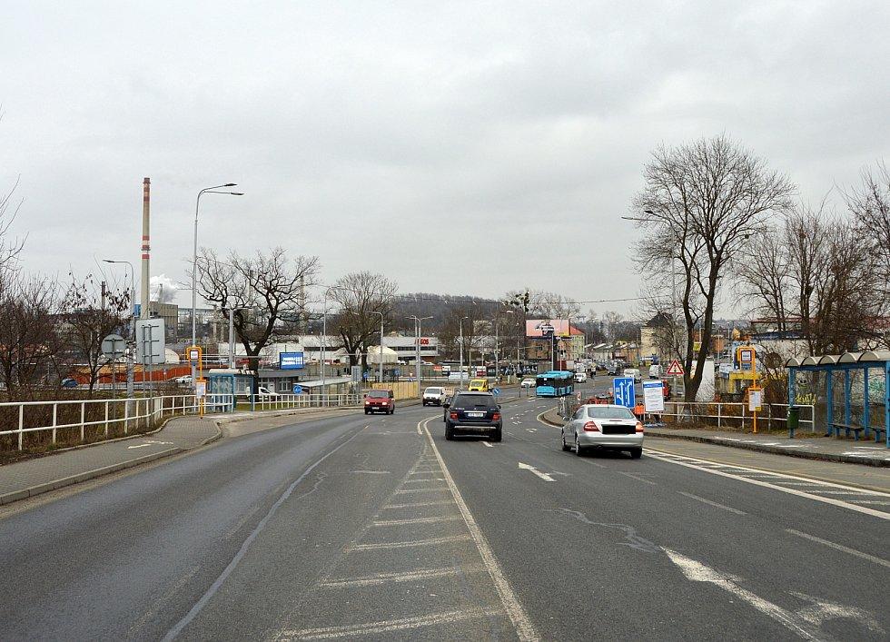 Hlučínská ulice zpohledu od Hlučína, těsně před zastávkou autobusů MHD. Březen 2021.